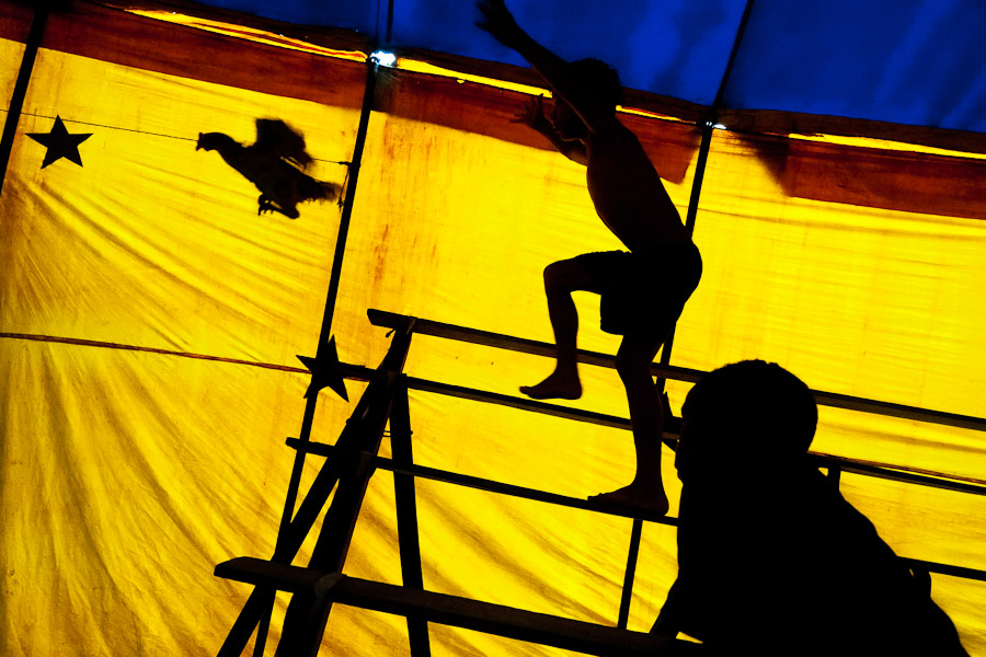 Circo Anny, a family run circus wandering the Amazon region of Ecuador, shows a usual mixture of acrobat, clown and comic acts.